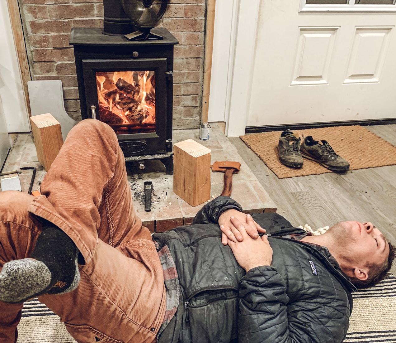 在一个小小的木炉前小睡